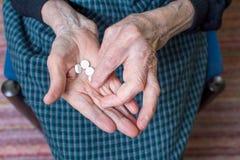 Grand-maman prenant des pilules Photo stock