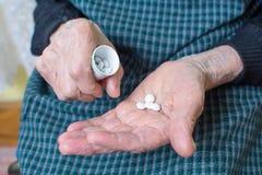 Grand-maman prenant des pilules Photo libre de droits