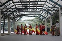 Grand-mamans moulues préparant pour la danse traditionnelle Photo libre de droits