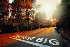 Grand message rêveur magique sur la route ensoleillée Image libre de droits