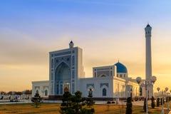 Grand mineur blanc de mosquée à Tashkent au coucher du soleil, l'Ouzbékistan Images stock