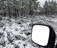 Grand miroir 4x4 en hiver avec la neige Photos libres de droits
