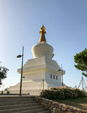 Grand monument bouddhiste à l'éclaircissement contenant un hall de méditation et un choix d'objets sacrés Image stock