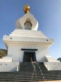 Grand monument bouddhiste à l'éclaircissement contenant un hall de méditation et un choix d'objets sacrés Photos libres de droits