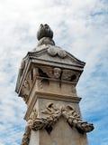 Grand monument funéraire de marbre avec des anges à ailes image stock