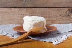 Grand morceau de beurre avec la cuillère du plat sur la serviette de toile Rusti image libre de droits