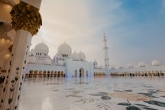 迪拜,阿拉伯联合酋长国- 1月06,2019:扎耶德Grand Mosque,阿布扎比回教族长 第3个最大的清真寺在世界,区域上是22,412正方形 库存照片