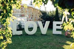 Grand mot AMOUR en parc Photographie stock