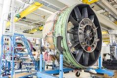 Grand moteur d'avion pendant l'entretien Images stock