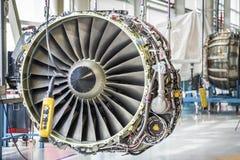 Grand moteur d'avion pendant l'entretien Images libres de droits