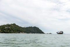 Grand moteur diesel de longtail de visite traditionnelle thaïlandaise de bateau dans la pollution de fumée d'action photographie stock