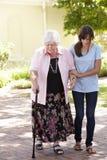 Grand-mère de aide de petite-fille adolescente sur la promenade Photographie stock libre de droits