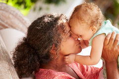 Grand-mère à la maison jouant avec la petite-fille dans le jardin Photographie stock