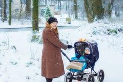 Grand-mère marchant avec le bébé garçon en hiver Images libres de droits