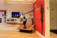 Grand mur avec l'objet exposé dans la chronologie de la carrière de danse de Gregory Hines, Musée National de danse, Saratoga Spr Photo stock