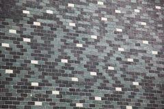 Grand mur de briques disposé d'une manière ordonnée dans blanc, noir et gris images libres de droits