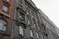 Grand mur gris et brun avec des fenêtres Photos stock
