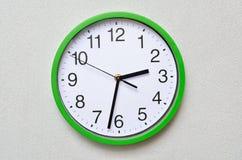 Grand, mur, horloge analogue d'isolement sur le fond blanc Photo libre de droits