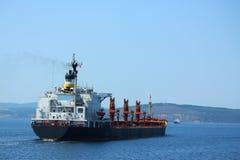 Grand navire porte-conteneurs dans le détroit des Dardanelles Image libre de droits