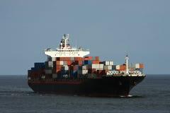 Grand navire porte-conteneurs en mer. Photos stock