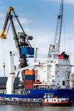 Grand navire porte-conteneurs résistant dans le port de Rotterdam, bas Photographie stock