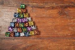 Grand nombre de petits cadeaux sur la table, l'espace de copie Image stock