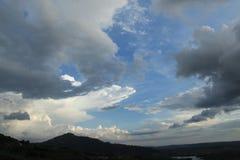 Grand nuage au-dessus de la colline Images libres de droits