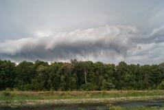 Grand nuage de tempête volant par derrière la forêt photos stock