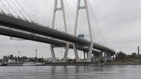 Grand Obukhovsky câble-est resté le pont, rivière de Neva banque de vidéos