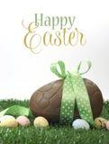 Grand oeuf de pâques heureux de chocolat de Pâques avec le texte témoin images stock