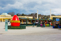 Grand oeuf rouge au marché de Pâques à Vienne et les gens marchant autour Image libre de droits