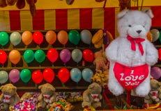 Grand ours de nounours blanc avec un grand coeur rouge Images libres de droits