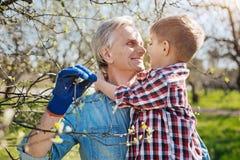 Grand-père appréciant le temps avec le grandkid dans le jardin de famille Photographie stock libre de droits