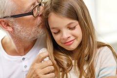 Grand-père avec la petite-fille pleurante à la maison Images libres de droits