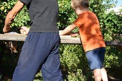 Grand-père avec le petit-fils surfaçant un conseil avec des planeuses de main photographie stock