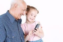 Grand-père ayant l'amusement avec sa petite-fille Photos libres de droits