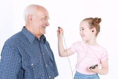 Grand-père ayant l'amusement avec sa petite-fille Image libre de droits