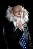 Grand-père dans un costume classique élégant posant sur le fond noir Photographie stock libre de droits