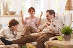 Grand-père disant des contes à l'petit-enfant Images stock