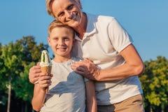 Grand-père et enfant avec la crème glacée  Photos libres de droits