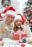 Grand-père et enfant dans des chapeaux de Santa Photos stock