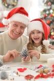 Grand-père et enfant dans des chapeaux de Santa Images libres de droits