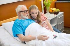 Grand-père et enfant dans l'hôpital Image libre de droits