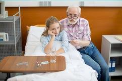 Grand-père et enfant dans l'hôpital Photo libre de droits