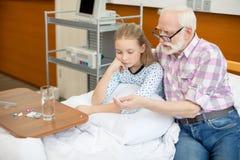 Grand-père et enfant dans l'hôpital Photographie stock