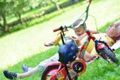 Grand-père et enfant en parc utilisant le comprimé Image libre de droits