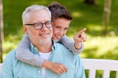 Grand-père et garçon dirigeant le doigt au parc d'été Image libre de droits