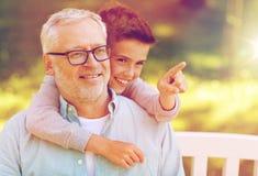 Grand-père et garçon dirigeant le doigt au parc d'été Images stock
