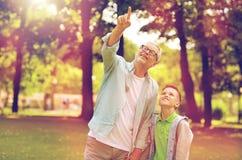 Grand-père et garçon se dirigeant au parc d'été Photo libre de droits