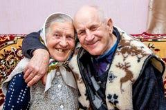 Grand-père et grand-mère embrassés, ils ont maintenu l'amour dans le vieil age_ photographie stock libre de droits